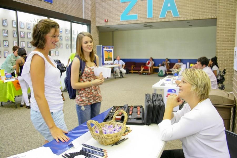 Volunteer fair prompts students to help others