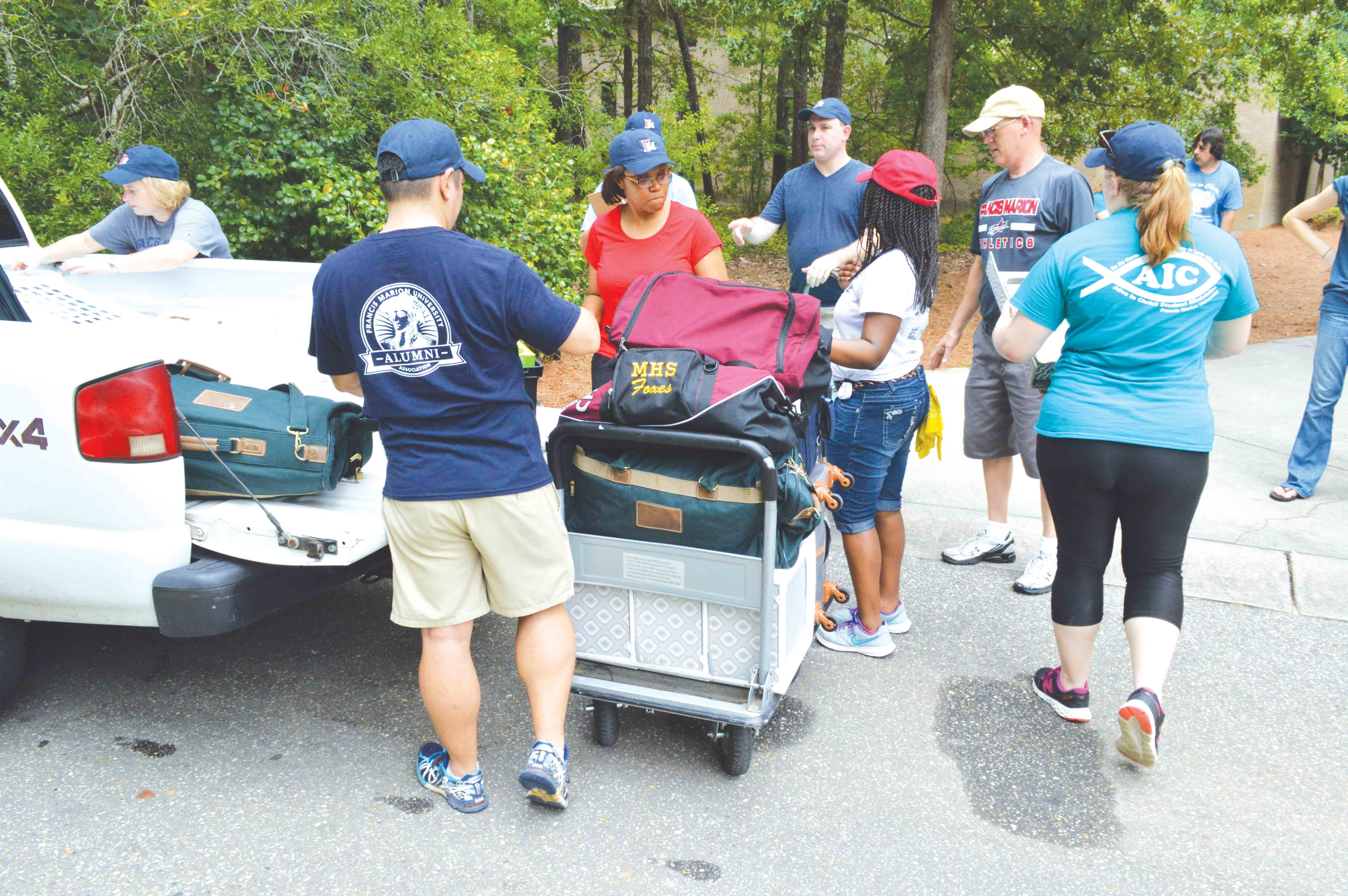 FMU community members help move in freshmen to their dorms on Aug. 20.