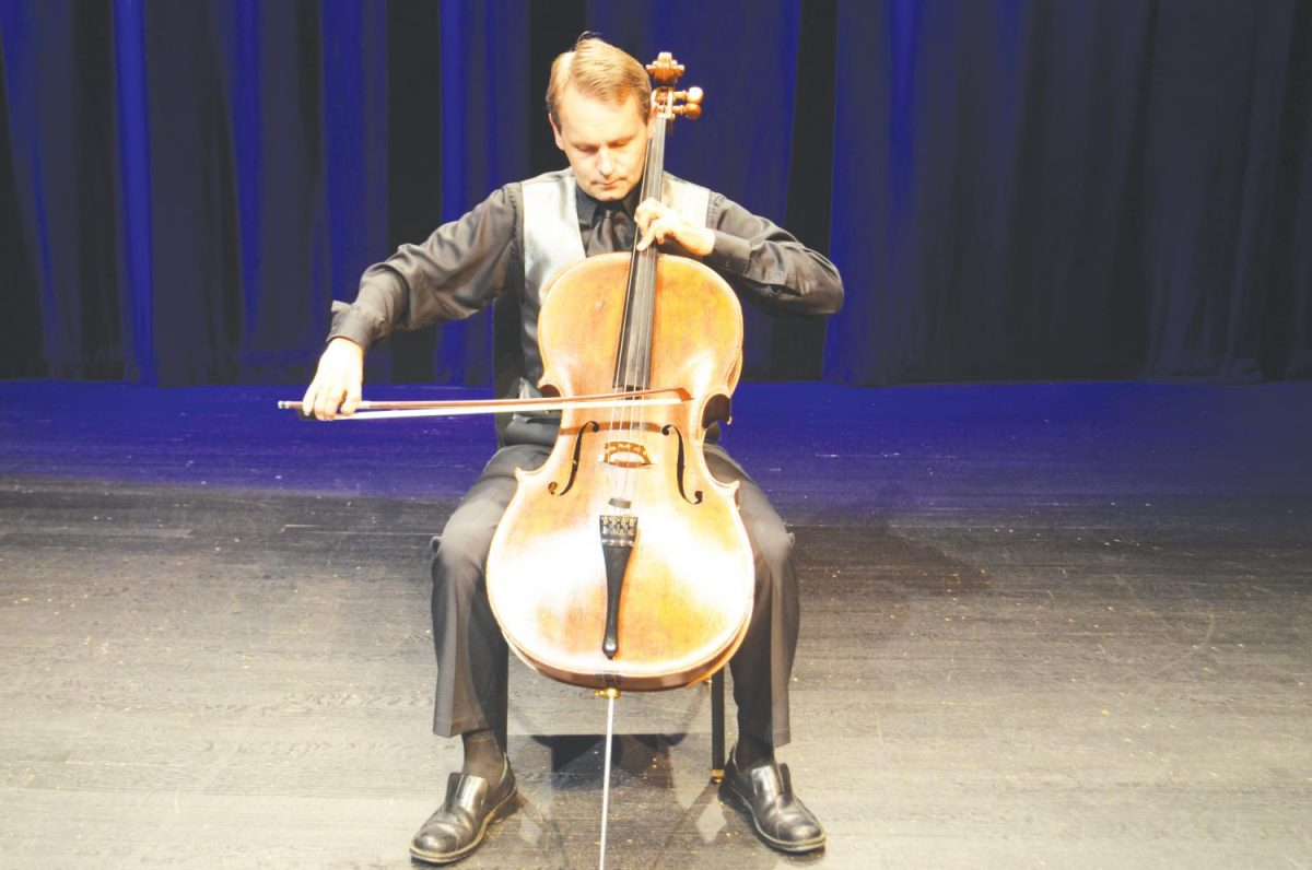 Christopher+Hutton+performed+a+show+of+Bach+pieces+to+show+the+musical+effects+of+the+suite.++Britton+is+the+coordinator+of+string+chamber+music+at+Furman+University.+