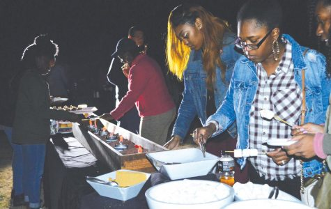 Students attend bonfire, eat s'mores