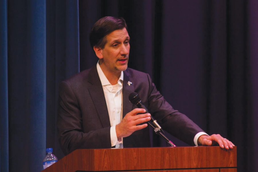 Senator+Vincent+Sheheen+discusses+lowering+college+tuition.+