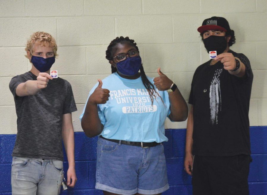"""FMU students show their """"I Voted"""" stickers."""